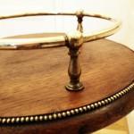 Piedestal i mässing och trä